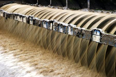 filtración: Planta de tratamiento de aguas residuales urbanas moderna.