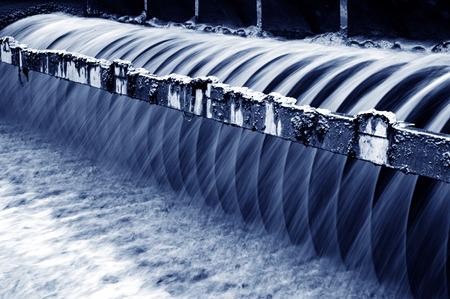 agua purificada: Planta de tratamiento de aguas residuales urbanas moderna.
