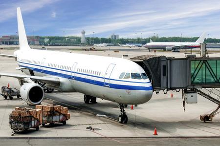 Flugzeug nahe dem Endgerät in einem Flughafen Standard-Bild - 35489833