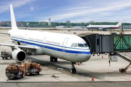Flugzeug nahe dem Endgerät in einem Flughafen