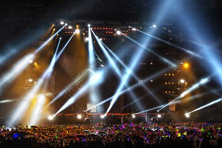 concierto de rock: Etapa de Spotlight con rayos láser