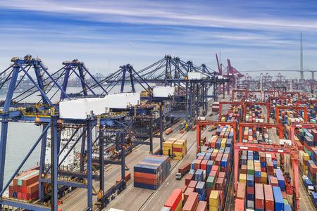 transporte: porto industrial com contêineres Imagens