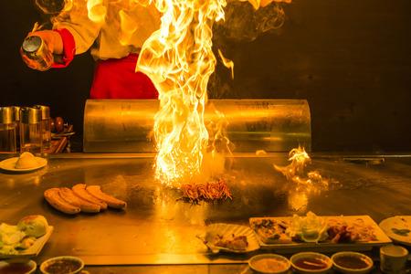 llamas de fuego: Chef teppanyaki preparaci�n Foto de archivo