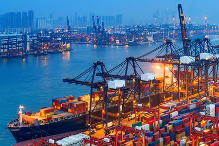 camion grua: puerto industrial con contenedores Foto de archivo