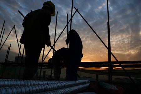 workers: trabajador de la construcci�n en sitio de construcci�n