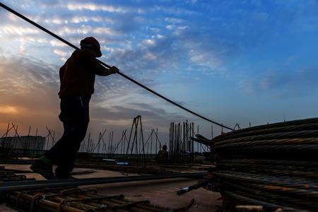 obrero trabajando: trabajador de la construcción en sitio de construcción