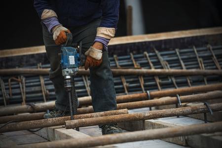 obrero trabajando: trabajador de la construcci�n en sitio de construcci�n