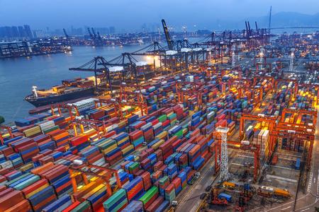 industriales: puerto industrial con contenedores Foto de archivo