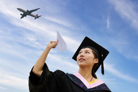 birrete de graduacion: Graduado vistiendo traje de graduación femenina hermosa Foto de archivo