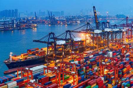 comercio: puerto industrial con contenedores Foto de archivo