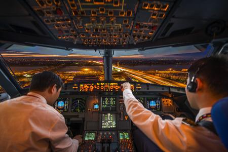 navegacion: cabina de avión y la ciudad de noche