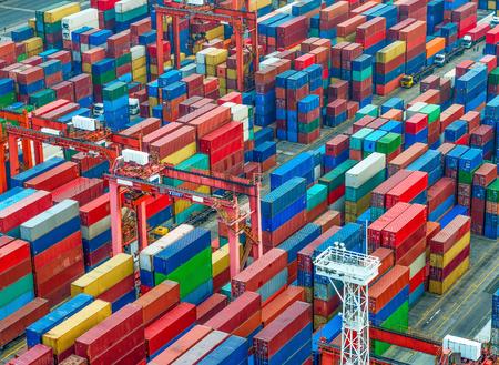 Industrie-Hafen mit Containern Standard-Bild - 47804364