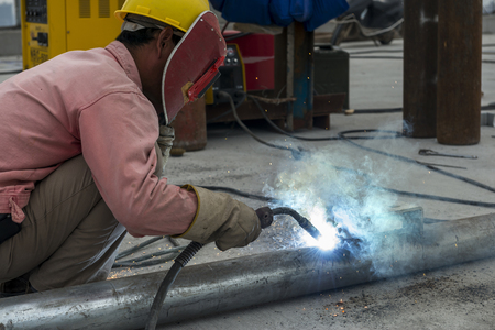 andamios: trabajador de la construcción en sitio de construcción