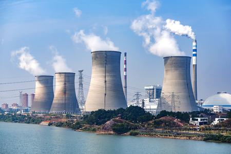 Spitzen der Kühltürme des Atomkraftwerks Lizenzfreie Bilder