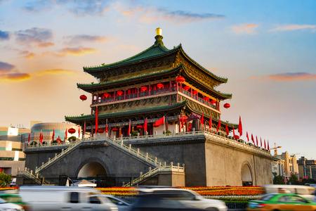 campanas: antigua ciudad campanario Xian en la caída de la noche