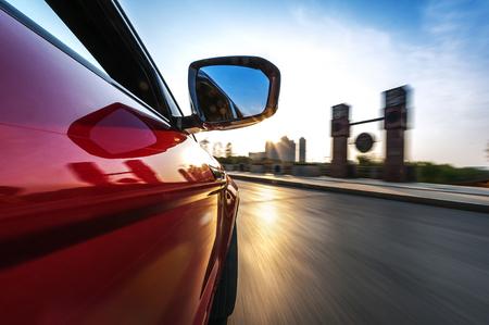 motor coche: coche en la carretera con el fondo de desenfoque de movimiento.