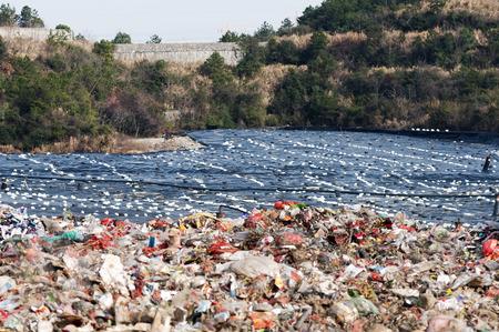 volteo: volcado y el vertido de residuos sitio Foto de archivo