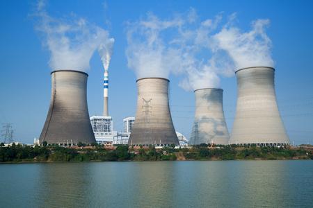 Sommet des tours de refroidissement de centrale nucl?aire Banque d'images - 65717826