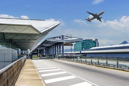 Die Szene des Flughafengebäudes Standard-Bild - 65717868