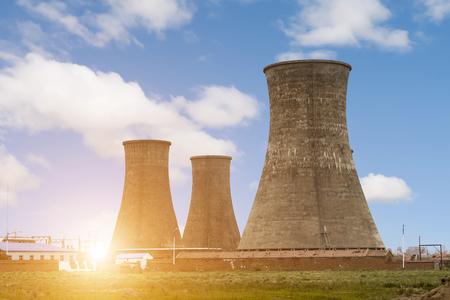 sommets des tours de refroidissement de la centrale atomique