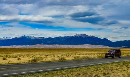 Great Sand Dunes with mountains in the background, Colorado, USA Foto de archivo