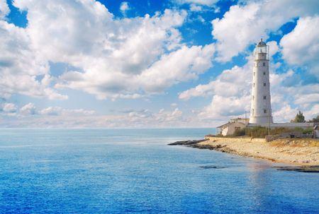 mare agitato: Vecchio faro sulla costa del mare Archivio Fotografico