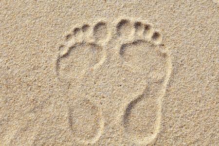 Twee Voetafdrukken in zand op het strand Stockfoto