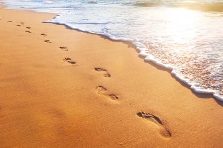 strand, golf en voetstappen