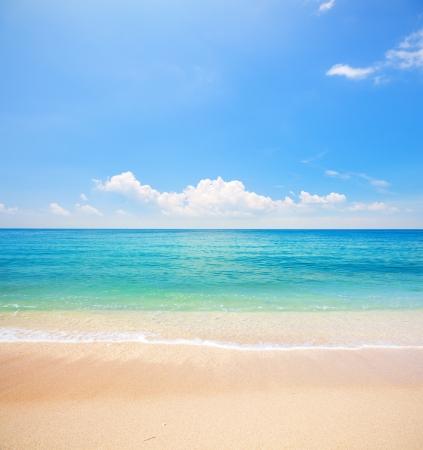ciel avec nuages: plage et mer tropicale Banque d'images