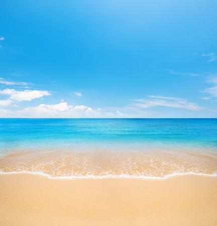 cielo y mar: playa y el mar tropical Foto de archivo