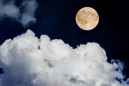 noche y luna: luna llena sobre el cielo nocturno Foto de archivo