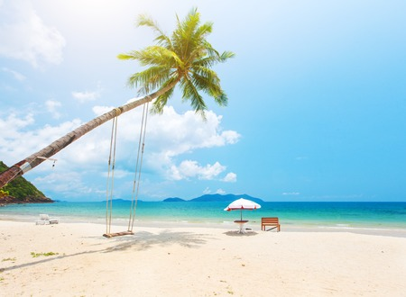 cielo y mar: Beautiful tropical island beach with coconut palm trees and swing Foto de archivo