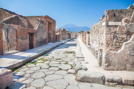Street in Pompeii and Vesuvius, Italy Foto de archivo
