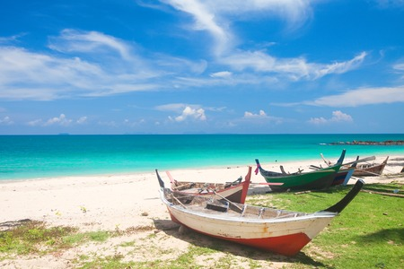 Playa y barco de pesca, Koh Lanta, Tailandia