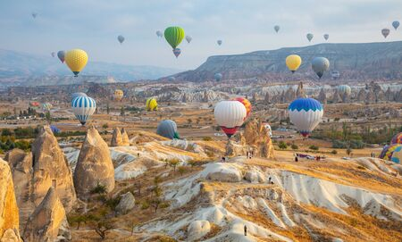 Balon na ogrzane powietrze przelatujący nad Kapadocją, Turcja