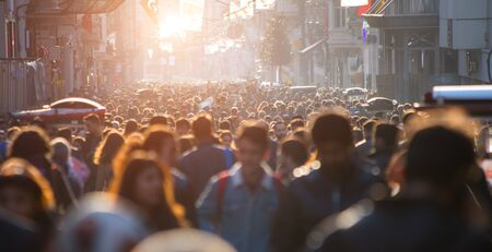 Multitud borrosa de irreconocible en la calle