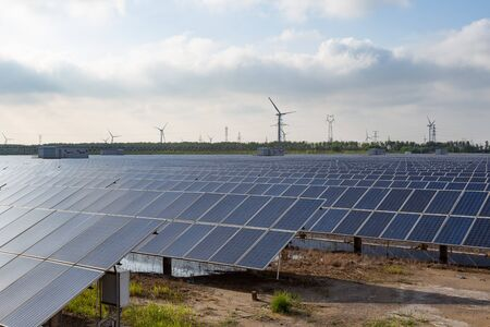 Power plant using renewable solar energy with sun Imagens
