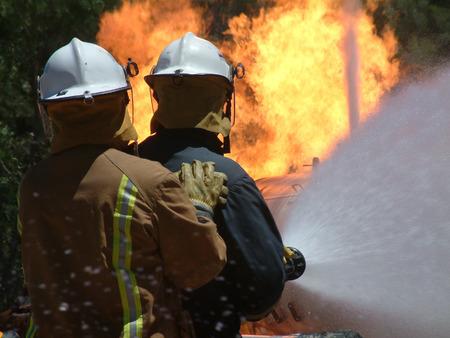 다이나믹 듀오 (Dynamic Duo) 현장 화재가 제어 불능 상태가 된 후에이 수풀 화재가 발생하는 동안 화염과 싸웁니다. 응급 구조 대원 및 소방 요원 배치