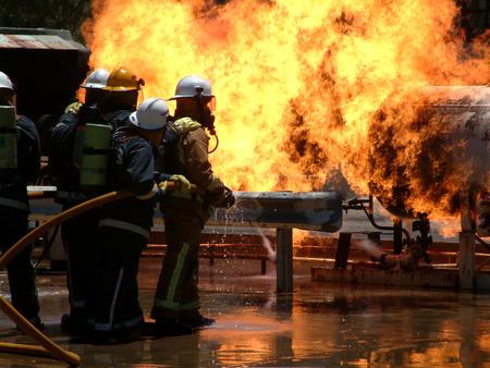borne fontaine: Flames �normes que fuite de gaz se enflamme et br�le hors de contr�le avec les �quipes de pompiers essayant de freiner les flammes Banque d'images