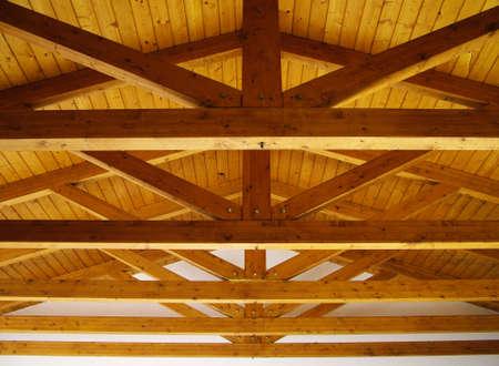 trompo de madera: Techo de vigas de madera Foto de archivo