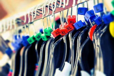 tienda de ropa: Perchas de ropa con tamaños
