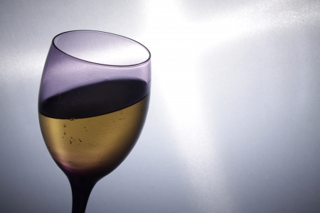 shine background: bicchiere di vino con vino su sfondo brillare