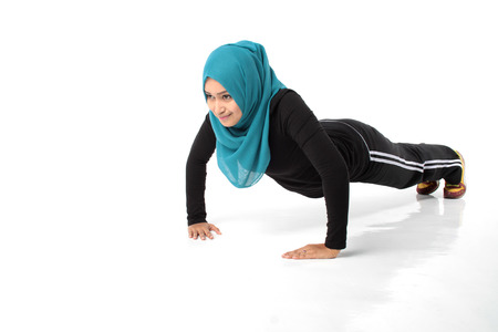 femmes muslim: Fille asiatique faire mouvement a�robie au studio