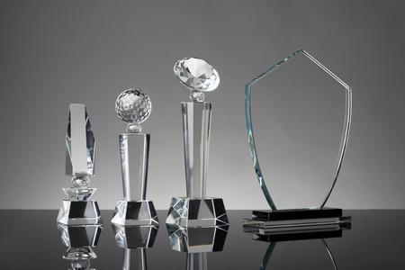 Trofeo de cristal en fondo gris Foto de archivo - 42952768