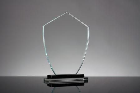 vidrio: trofeo de cristal en fondo gris