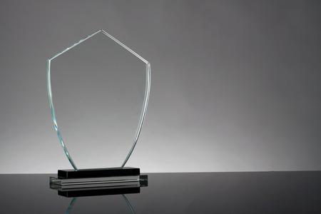 trofeo: trofeo de cristal en fondo gris