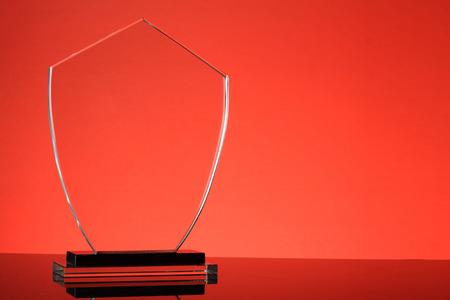 trofeo: trofeo de cristal en fondo rojo