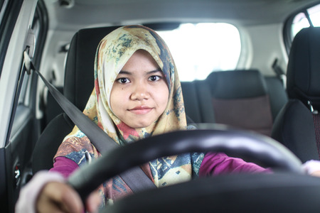 conduciendo: mujer musulm�n joven que conduce su coche