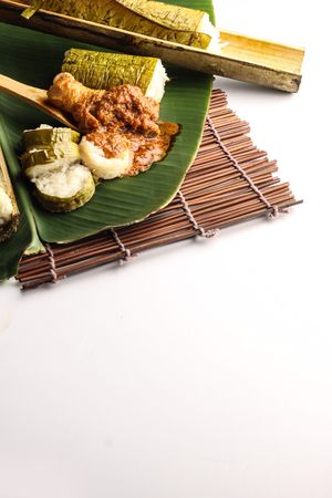 malay Lemang geserveerd met rendang ayam