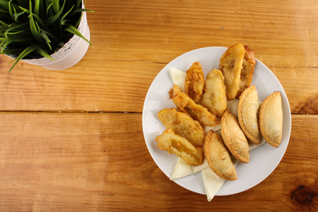 delicious Malaysian curry puff and crispy fried banana served on white plate on wood background 版權商用圖片